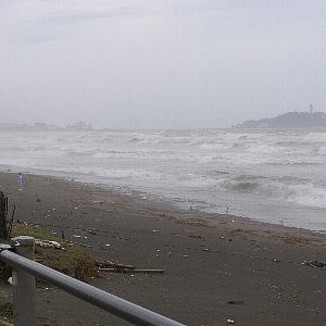 台風後の朝の湘南茅ヶ崎海岸