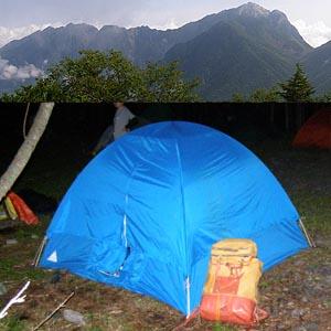 上:甲斐駒ヶ岳と左に伸びる鋸岳 下:持参のテントとザック