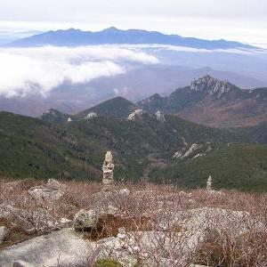 金峰山より望む瑞牆山と八ヶ岳