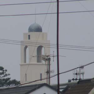 我が家のベランダから見える松下政経塾の塔