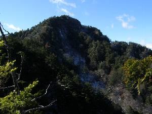 手前の岩峰から見る帳付山