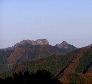 晴天の元に遠望する二子山