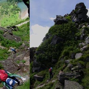 頂上への急峻な岩場、直下に弥陀ヶ池が見える