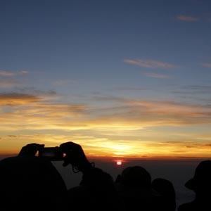 富士山頂で仰ぐ御来光